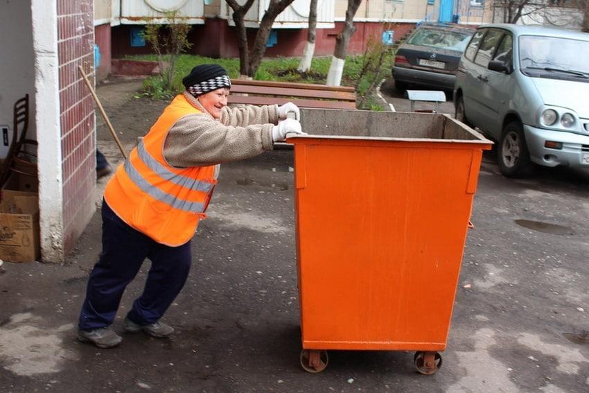 дворник с контейнером для мусора