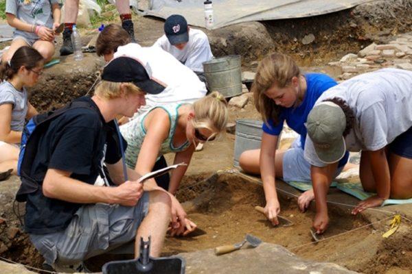 Студенты в археологической экспедиции