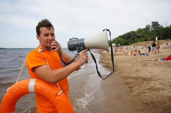 Студенты работают на пляже