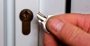 Как открыть металлическую дверь без ключа?